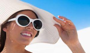 donna-con-cappello-e-occhiali-da-sole